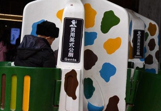 2016年2月20日,重庆,男性市民在男士专用露天公厕站着如厕。