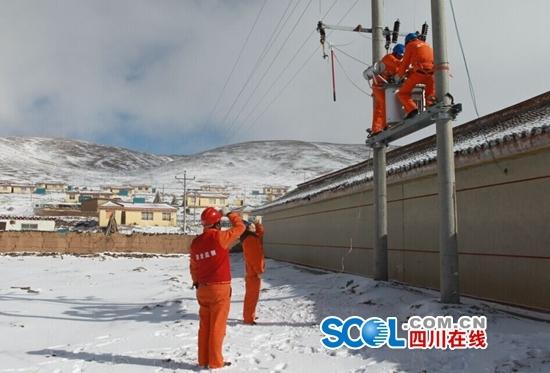 国网甘孜供电公司员工抢修受损线路恢复供电