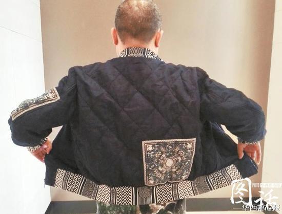 肖老师展现买到的范思哲外衣