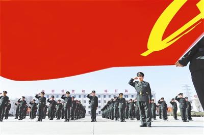 """临行前,第27集团军某团官兵面对党旗发出""""坚决服从命令""""的庄严誓言。郑立洪摄"""