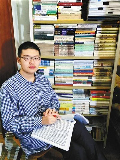 林嘉文在自己的书房中。