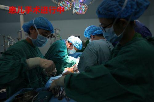 患儿手术进行中
