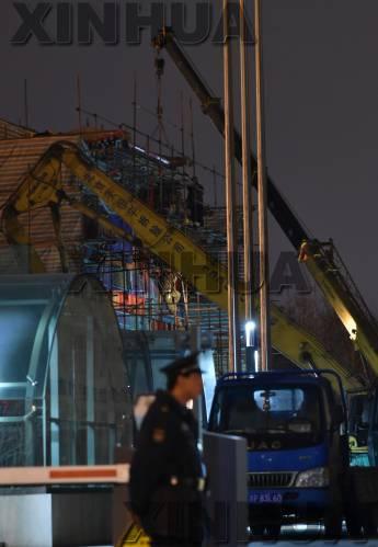2月27日,工人在拆除位于北京复兴内大街18号的国家开发银行总部大楼大门前的牌坊。