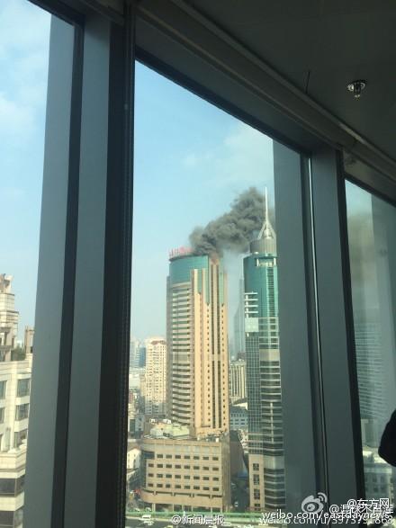 真钱二八杠大楼顶部浓烟滚滚