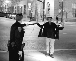 警察在枪击现场盘查。