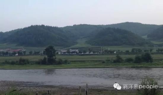 汪清县境内的图门江,处于中朝边境,窄的地方不过十来米。隔河望去,甚至可以看到对岸的朝鲜人在田地里劳作。