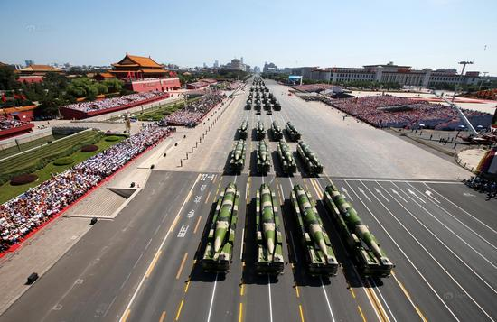 2015年9月3日,抗战成功70周年阅兵举办,束缚军配备方队经过天安门广场。材料图