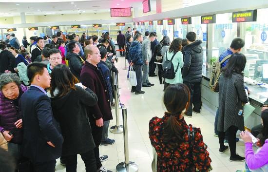 2月28日,在上海市浦东新区房地产买卖核心,市民在期待打点房产买卖手续。连日来,返回上海局部房地产买卖核心征询、打点二手房买卖过户手续的市民明明增加。徐程/摄(新华社发)