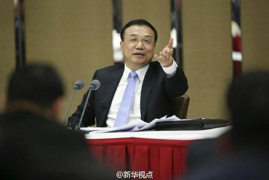 李克强3月4日探访列席天下政协十二届四次集会的经济、农业界委员并加入评论。