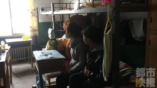 西安东郊一学校男老师清晨进女生宿舍,学生被吓醒。