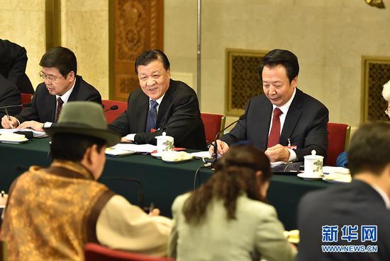 3月5日,中共中央政治局常委、中央书记处书记刘云山参加十二届全国人大四次会议内蒙古代表团的审议。 新华社记者高洁摄