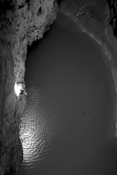 天坑底部发现地下水(3月3日摄)。新华社发