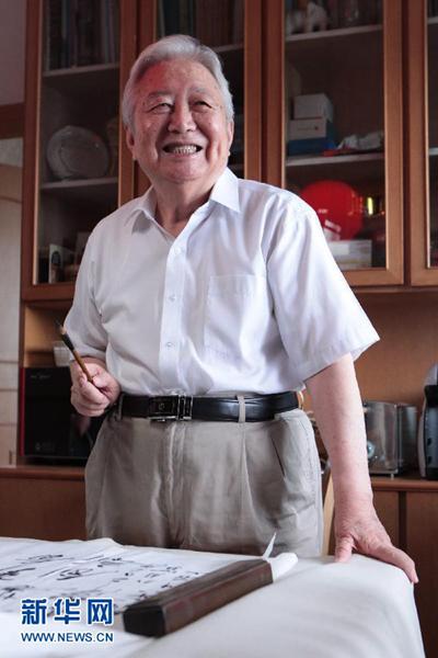 """资料图:2011年8月4日,闵恩泽院士在家中练习书法。中国科学院、中国工程院院士闵恩泽,被誉为""""中国炼油催化剂之父""""。无数光环背后,是闵恩泽为国所需,创新不止,一生执著。新华社记者 邢广利 摄"""