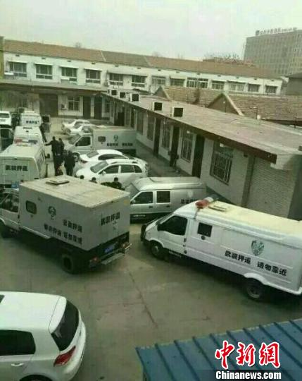 邯郸市一农村信用社营业网点院内停满了运钞车辆。 网络截图 摄
