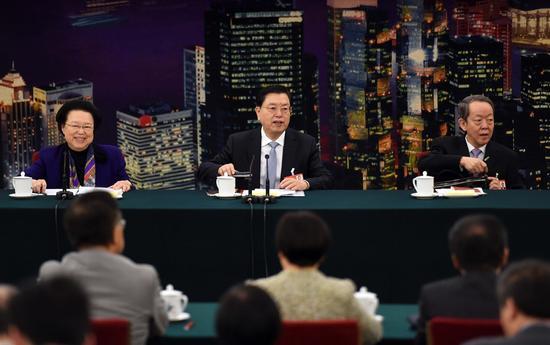 张德江(中)昨日会见港区全国人大代表团。左为港区全国人大代表团团长、基本法委员会委员谭惠珠,右为港澳办主任王光亚。