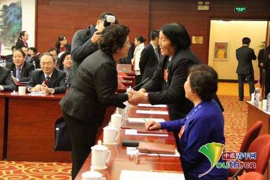 山西省委常委、宣传部部长胡苏平与申纪兰交流。中国青年网记者 李延兵 摄