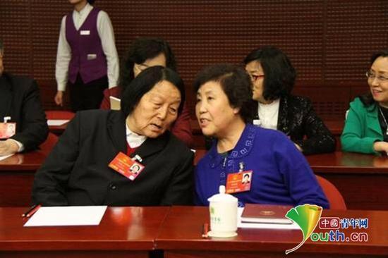 申纪兰代表在会上和郭凤莲代表交流。中国青年网记者 李延兵 摄