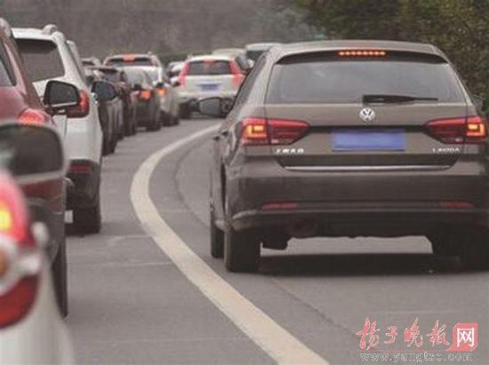 """节假日高速公路拥堵不堪,应急车道更成为高速救援的""""生命线"""""""