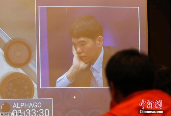 """本地时刻3月10日,""""围棋人机大战""""第二局在韩国首尔的四时旅店开赛,后果李世石执白再次中盘落败,阿尔法计算机2-0当先。首战打败人类代表的google野生智能法式""""阿尔法围棋""""(AlphaGo)在10日下午与韩国工作围棋手李世石九段的五番棋第二局棋战中从序盘期间就一直下出稀有变招"""