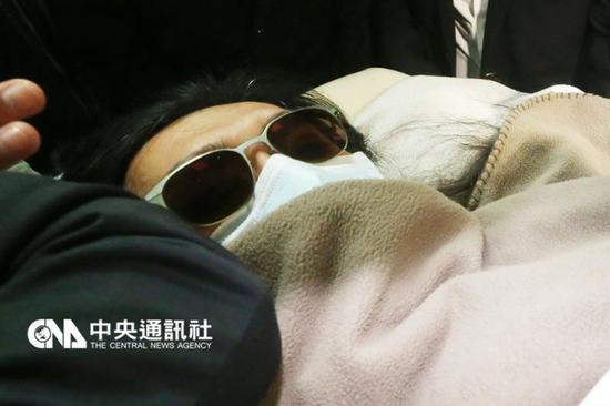 黄安乘坐医疗专机返台治疗