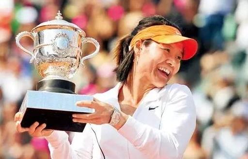 2011年6月4日,2011年法网女单决赛,李娜2:0完胜斯齐亚沃尼,首夺大满贯冠军。