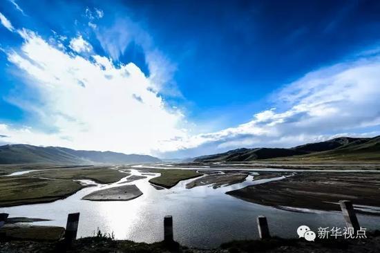 在青海果洛藏族自治州达日县的黄河大桥上拍摄的达日河风光(2015年9月15日摄)。