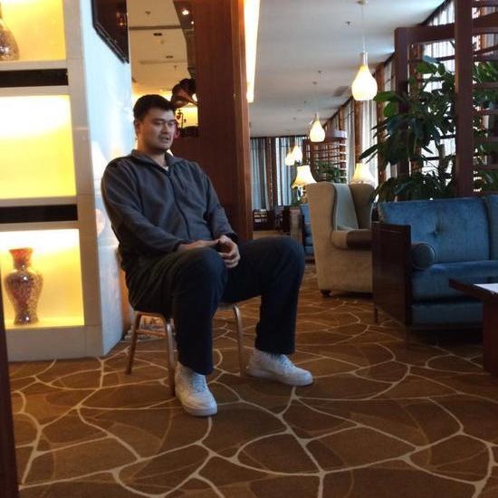 3月9日,在驻地委员姚明接受媒体的采访。王辉 摄