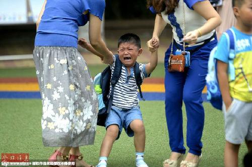 2014年09月01日,山东省济南市中小学开学第一天,在济南汇文试验学校,一年级重生拉着家长的手走进校园,有的孩儿看到爸爸妈妈分开后高声抽泣,一个个哭成了小泪人。(材料图像)