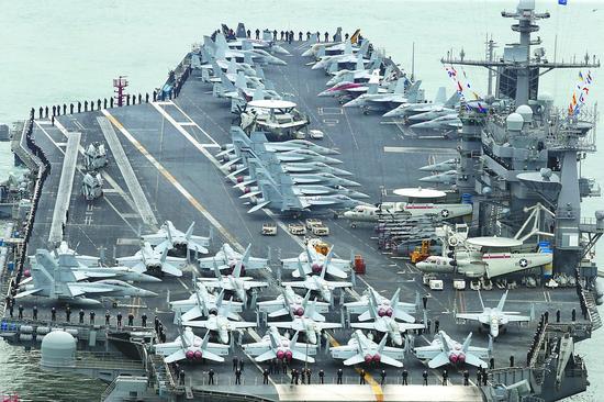"""美海军""""斯坦尼斯""""号航母13日抵达韩国釜山基地。"""