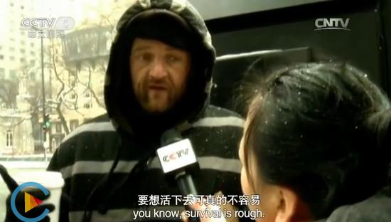 央视记者采访曾是一位法式员的美国陌头赋闲者,视频截图。