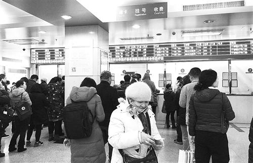 """每天一大早,北京各大医院挂号大厅就挤满了前来挂号就诊的患者。图为患者在北京同仁医院大厅排队挂号。优质医疗资源的稀缺还衍生出了""""号贩子""""猖獗等""""次生灾害"""",患者对此深恶痛绝。 本报记者 吴佳佳摄"""