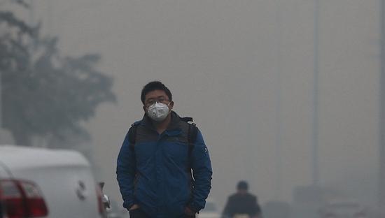 雾霾中的行人