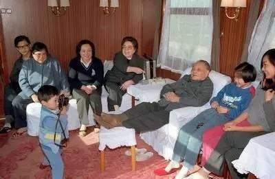 1988年2月,邓小平夫妇和孙子邓卓棣(拿相机者)等在一起。