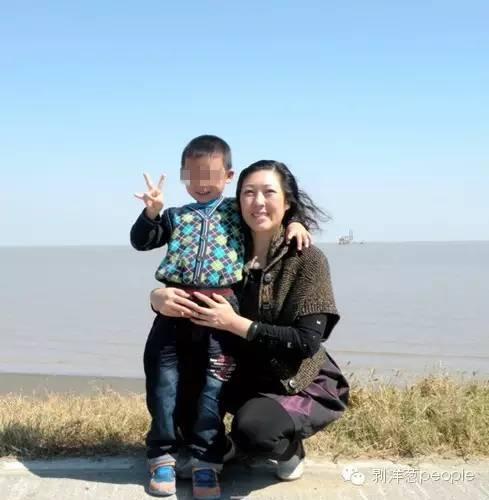 李征琴和养子曾经外出游玩的照片。新京报记者尹亚飞 摄