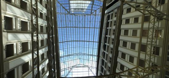 由华盛顿地标老邮局改建而成的酒店內部,保留原来的空中大窗。(唐家婕/摄)