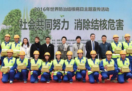 全国结核病防治宣传大使蒋雯丽、康辉与进城务工人员进行了互动知识问答