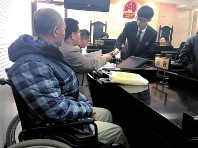 庭审结束后,法官助理将身份证交还给刘先生一方。