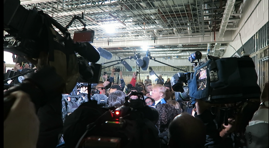 特朗普被镁光灯、摄影机、记者们簇拥。(唐家婕/摄)