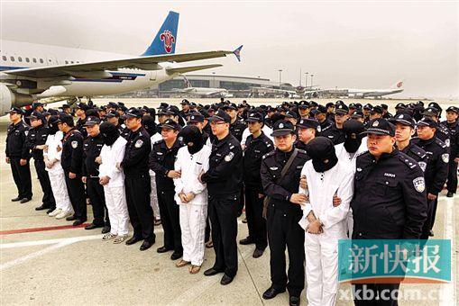 警方将部分犯罪嫌疑人从境外押解回广州。 通讯员供图