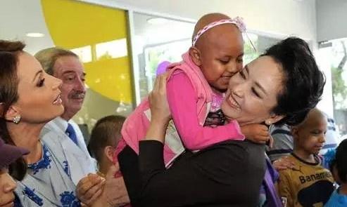 彭丽媛在墨西哥医院看望儿童
