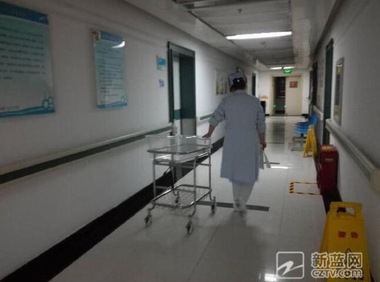 """晚上6点14分,分娩室的门终于开了,护士的一句""""母女平安"""",至少也让门外等待的众人松了一口气。"""