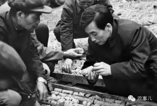 1985年3月,在湖南柿竹园矿区考查时察看岩芯。