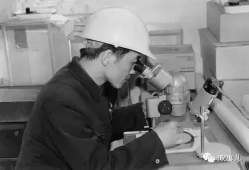 """1983年新年,在""""勘察二号""""钻井渠道上用显微镜察看从海底掏出的岩芯磨制的薄片。"""