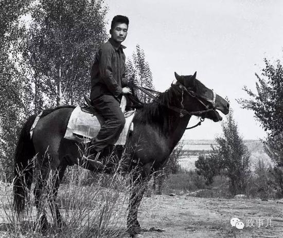 1974年7月,温家宝在甘肃肃南县红山林场编写《1∶20万祁连山幅地区地质查询报告》时留影