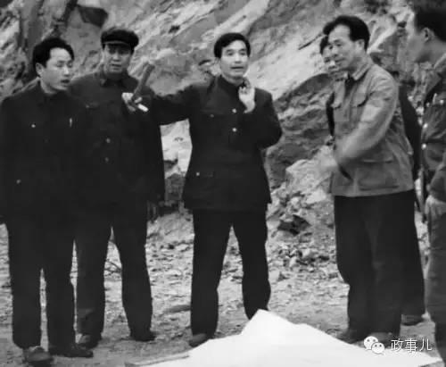 1985年4月,江西调查时期,在朝外与技能人员评论地质状况。