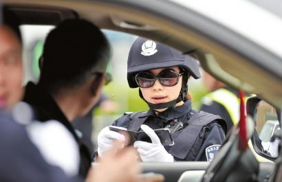 李筱妍审查一位司机的驾照,应用女人的亲和力,以拉家常的模式和司机对话。