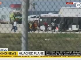 现场:埃及航空客机部分乘客被释放