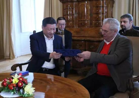 习近平与泽曼举办小规模会晤,新华社记者兰红光摄