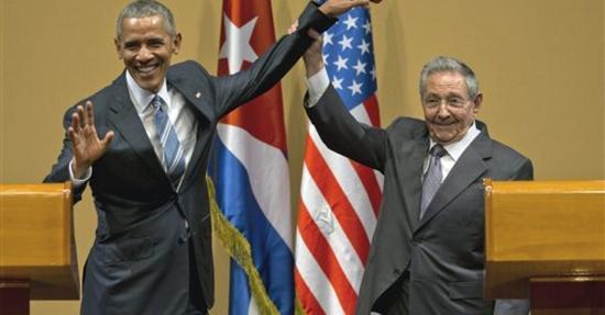 劳尔·卡斯特罗在会晤奥巴马后突然举起他的手。