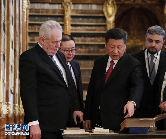 3月30日,国家主席习近平在捷克总统泽曼陪同下在布拉格参观斯特拉霍夫图书馆。 新华社记者 兰红光 摄